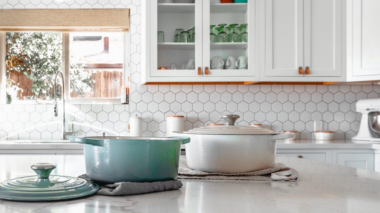 Budujesz lub remontujesz? Sprawdź ceny na wyprzedażach płytek ceramicznych.